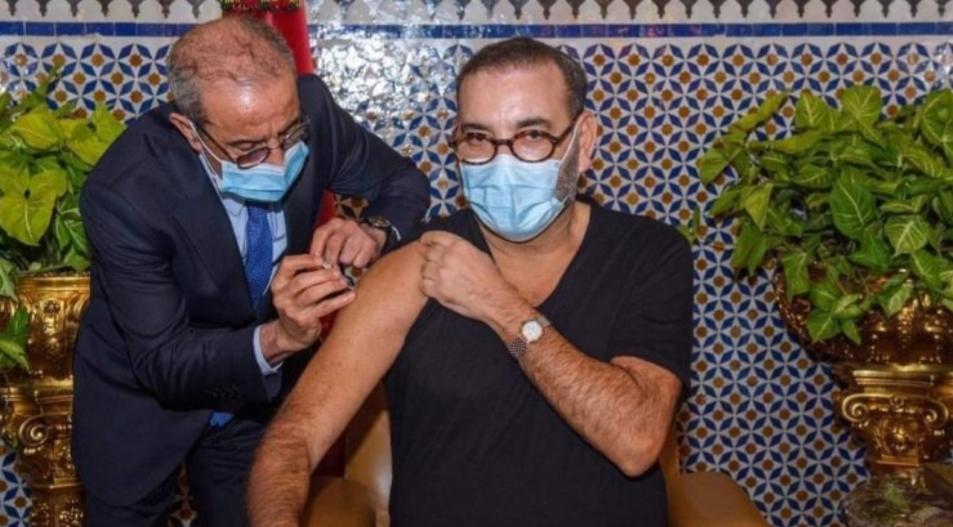 عاجل: الملك محمد السادس يتلقى الجرعة الأولى من لقاح كورونا في المغرب