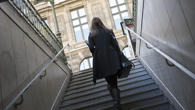 فرنسا ترحل مهاجراً دفع بعنف سيّدة على درج إحدى محطات مترو باريس